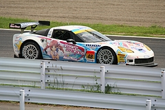 DIJON音々CALLAWAYワコーズEDキャラウェイ・コルベットZ06R GT3鈴鹿1コーナー