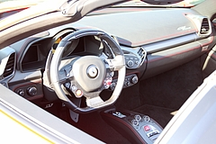 フェラーリ458スパイダー車内