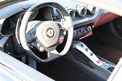 フェラーリF12ベルリネッタ車内