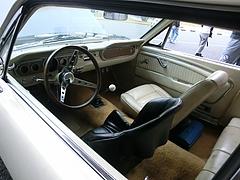 フォード・マスタング車内