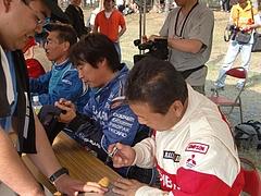 サイン会での新井敏弘選手(右から2番目)