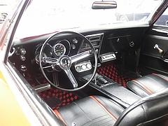 1967年式シボレー・カマロ車内