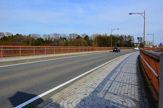 綾瀬大橋と市のシンボルタイル
