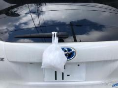 車のリアワイパーに「白い袋」 中身はなに? ぶら下げて走るのは違反行為なのか