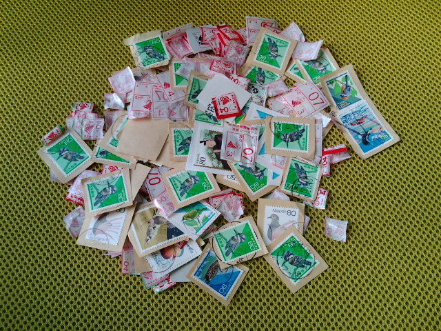 切手に埋もれていますが、ベルマークもかなりの量です ... ベルマーク