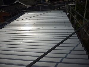 鉄骨造2階建てガレージ屋根工事