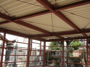 鉄骨造ガレージ屋根葺き
