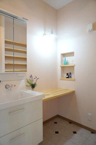 清潔感のある白い洗面所