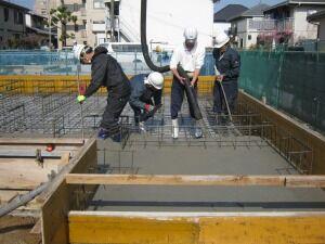 コンクリート打設工事 作業中