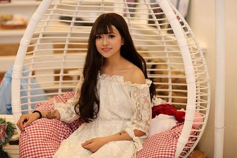 籠椅子に座る女の子