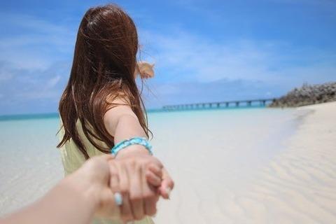 海で手つなぎ