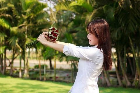 白い花束持つ女の子