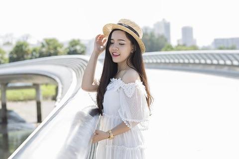 カンカン帽子をかぶる女の子