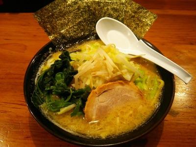 豚骨醤油ラーメン(690円) +もやキャベ(100円)