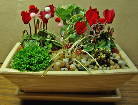 陶器鉢のお正月のミニ寄せ植え