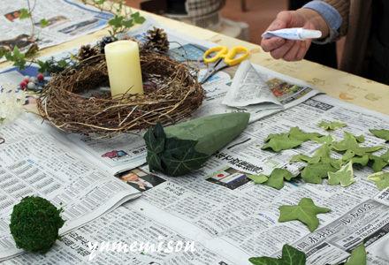 ヘデラの葉を貼り付けます。