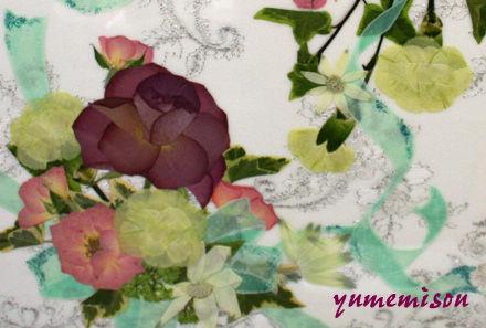 刺繍のある布地を使った押し花作品