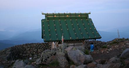 白山の御前峰の頂上にある白山奥宮