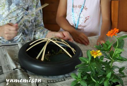 竹の間からお花を生けます。