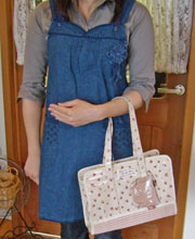 青いエプロンとバッグ