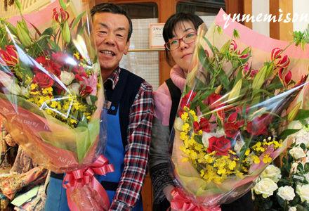 花束を持つ親子