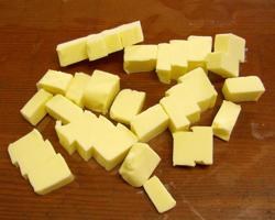 バターを小さく切って
