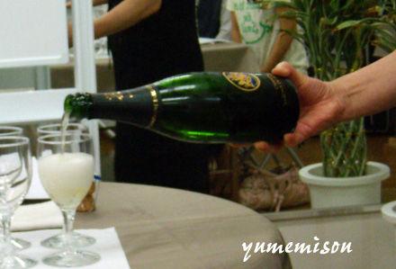 シャンパンを注ぐマダム櫻子
