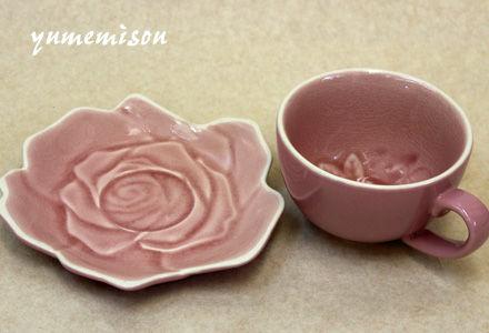 バラのモチーフのティーカップ