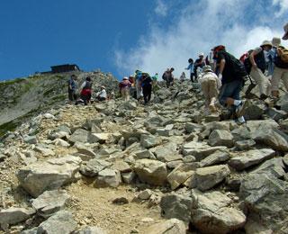 瓦礫のような登山道