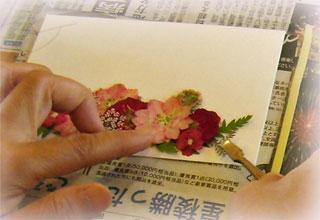 押し花教室で、葉書作り