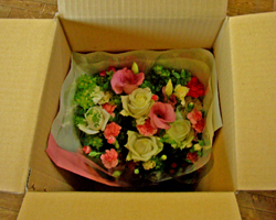 花束が立ったまま運ばれます。