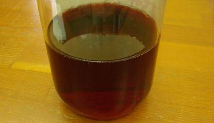 ハーブビネガーの原液は、濃い赤色です。