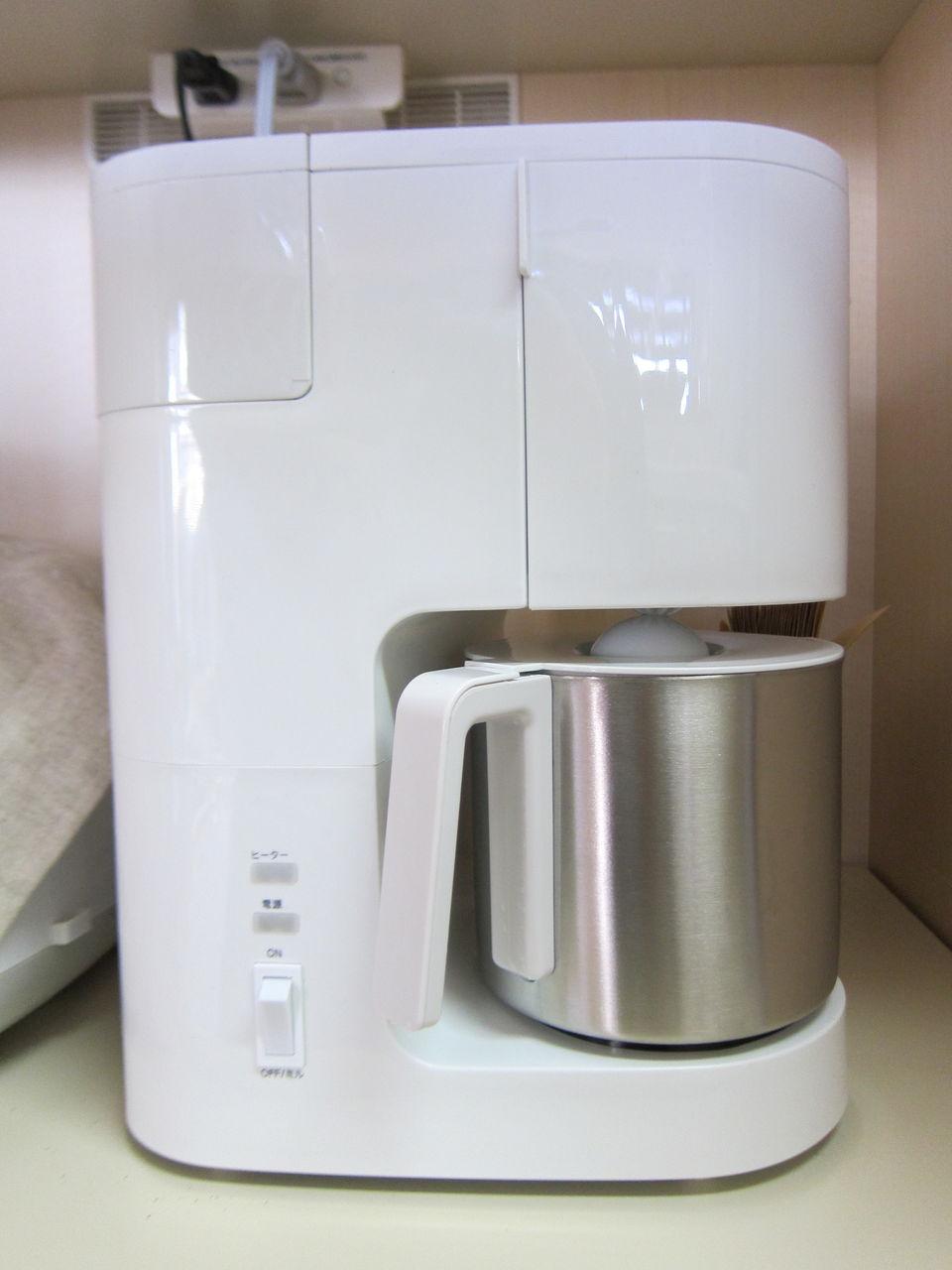 付属品は、計量カップと掃除用ブラシと説明書。コーヒーフィルター