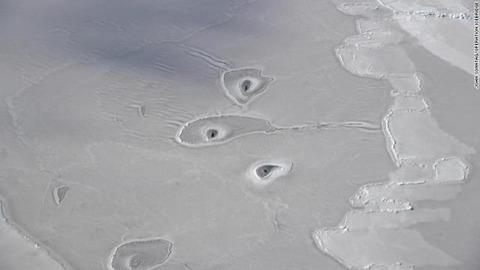 【北極圏】〈画像あり〉海氷に謎の穴、NASAも原因分からず[04/25]