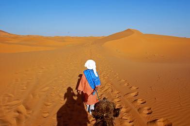 砂漠を歩く彼