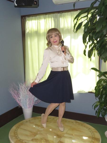 ベージュブラウス紺フレアースカートE(2)