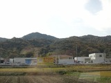 09車窓には色付いた山