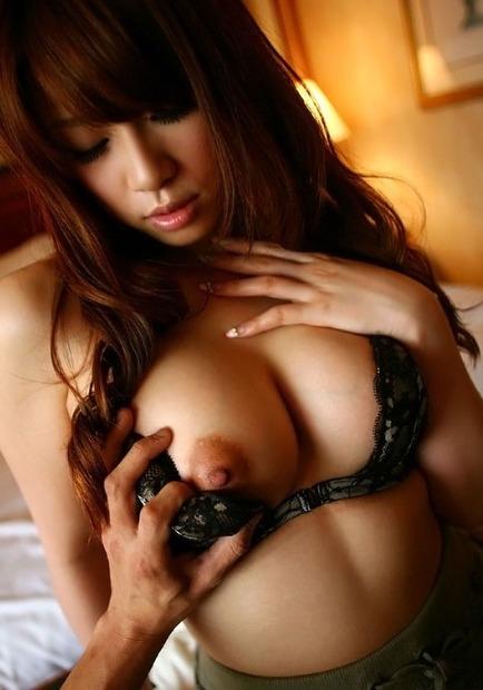 乳首弄られ勃起している巨乳美女 (3)