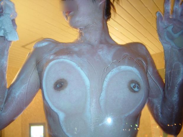 imgおっぱいをガラスに押し当て乳首で『あっち向いてホイ!』 (2)