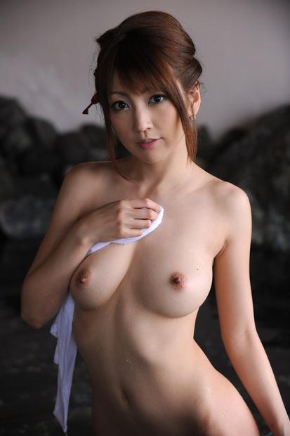 美人人妻・若妻の胸の谷間とおっぱいに乳首の親密な関係 (17)