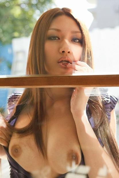 img巨乳をガラスに押し当て乳首を転がすエロ動画像 (1)