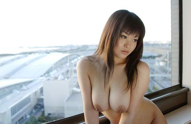 綺麗なお姉さんの巨乳を後ろからモミモミ揉みたくなるエロ画像 (4)
