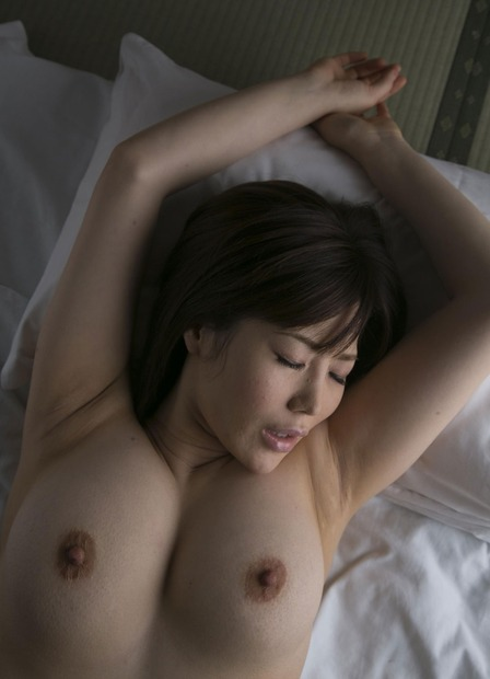 美人人妻・若妻の胸の谷間とおっぱいに乳首の親密な関係 (25)