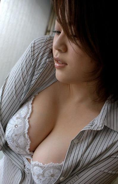 美人人妻・若妻の胸の谷間とおっぱいに乳首の親密な関係 (6)