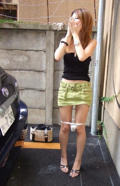パンティー脱ぎかけの美女・美少女・お姉さん・人妻エロ動画像 (16)