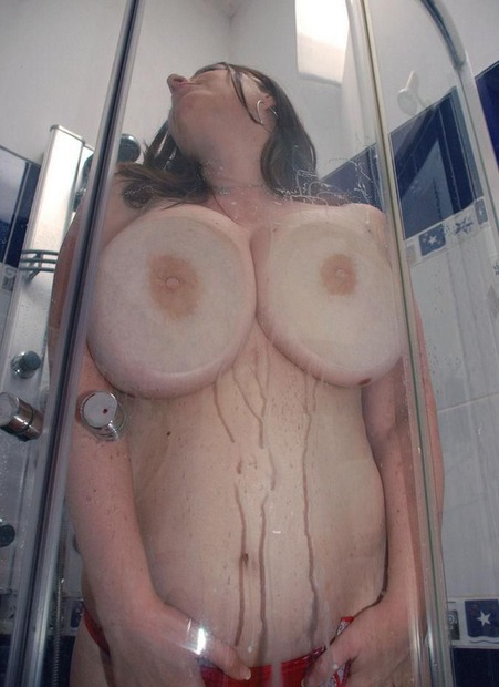 img巨乳をガラスに押し当て乳首をコリコリエロ動画像 (5)