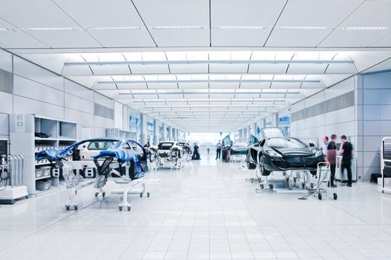 マクラーレン・スーパーカー・ファクトリー:パーツを組み立てた車は、MTC内のステーション間を手動で移動される。一度に6台の作業ができる。