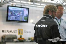ニック・ハイドフェルド、ルノーF1チームのモーターホームに