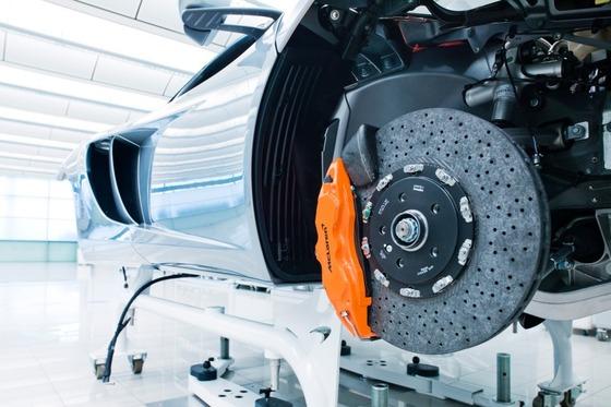 マクラーレン・スーパーカー・ファクトリー:フロントのブレーキディスクは鉄とアルミの複合材料で、マクラーレンによるとカーボンよりやや軽いという。