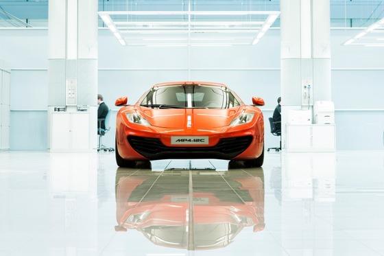マクラーレン・スーパーカー・ファクトリー:明るい均一な照明により、細かいペイント作業の欠点も簡単に見つけられる。